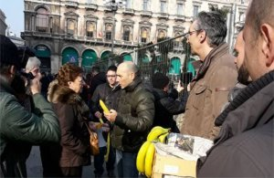 banane-300x195 La guerra delle banane donate in piazza Duomo Cronaca Milano Prima Pagina